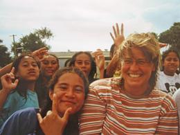 Elke Amberg mit Schulmädchen. (Tonga)